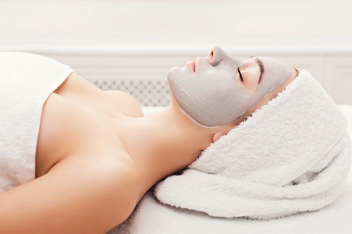 Una ragazza in un centro estetico che si sottopone alla pulizia del viso a Milano.
