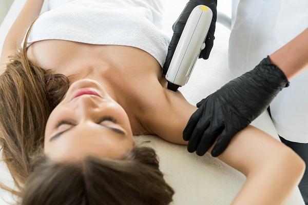 Cliente sottoposta a depilazione definitiva con laser.