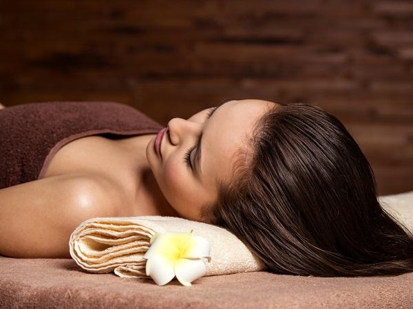 Cliente si rilassa durante un trattamento.