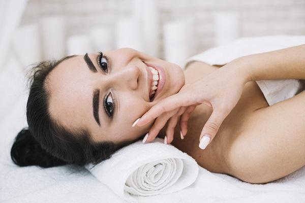 Cliente si gode gli effetti di un trattamento viso